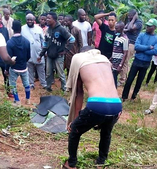 PHOTOS Chaos In Osogbo As SARS OFFICERS Chase SUSPECTED INTERNET FRAUDSTERS TO THEIR DEATH .