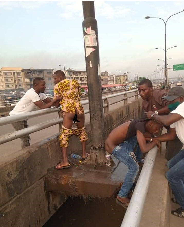 Photo: LAGOS RESIDENTS ARRESTED WHILE DEFECATING ON A BRIDGE.